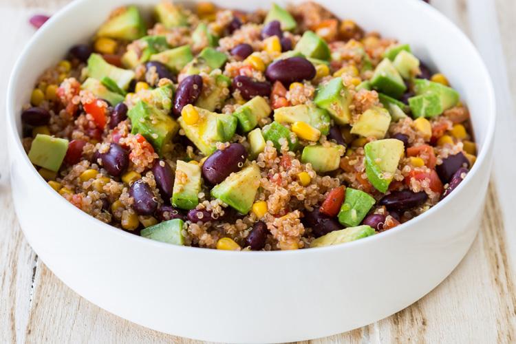 Salată de quinoa cu avocado și fasole roșie