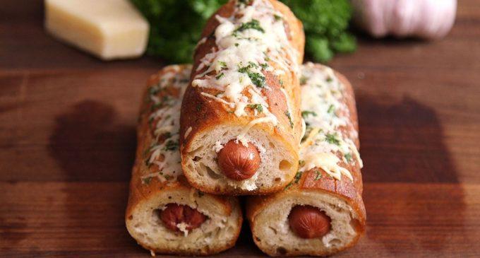 Garlic bread umplută cu cârnăciori