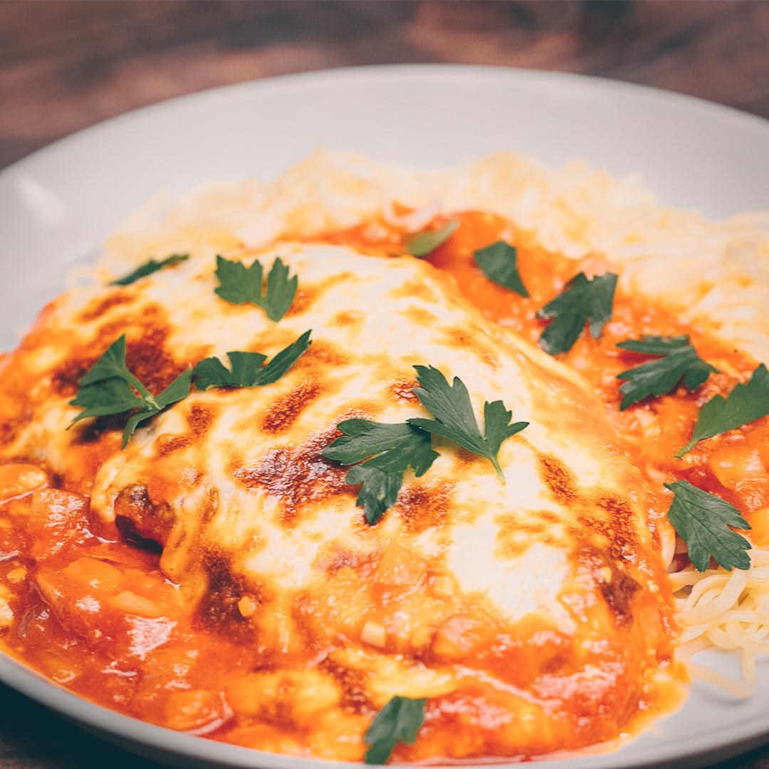 Pollo parmigiana - șnițel de pui cu sos de roșii și mozzarella