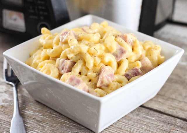 Macaroane cu brânză și șuncă