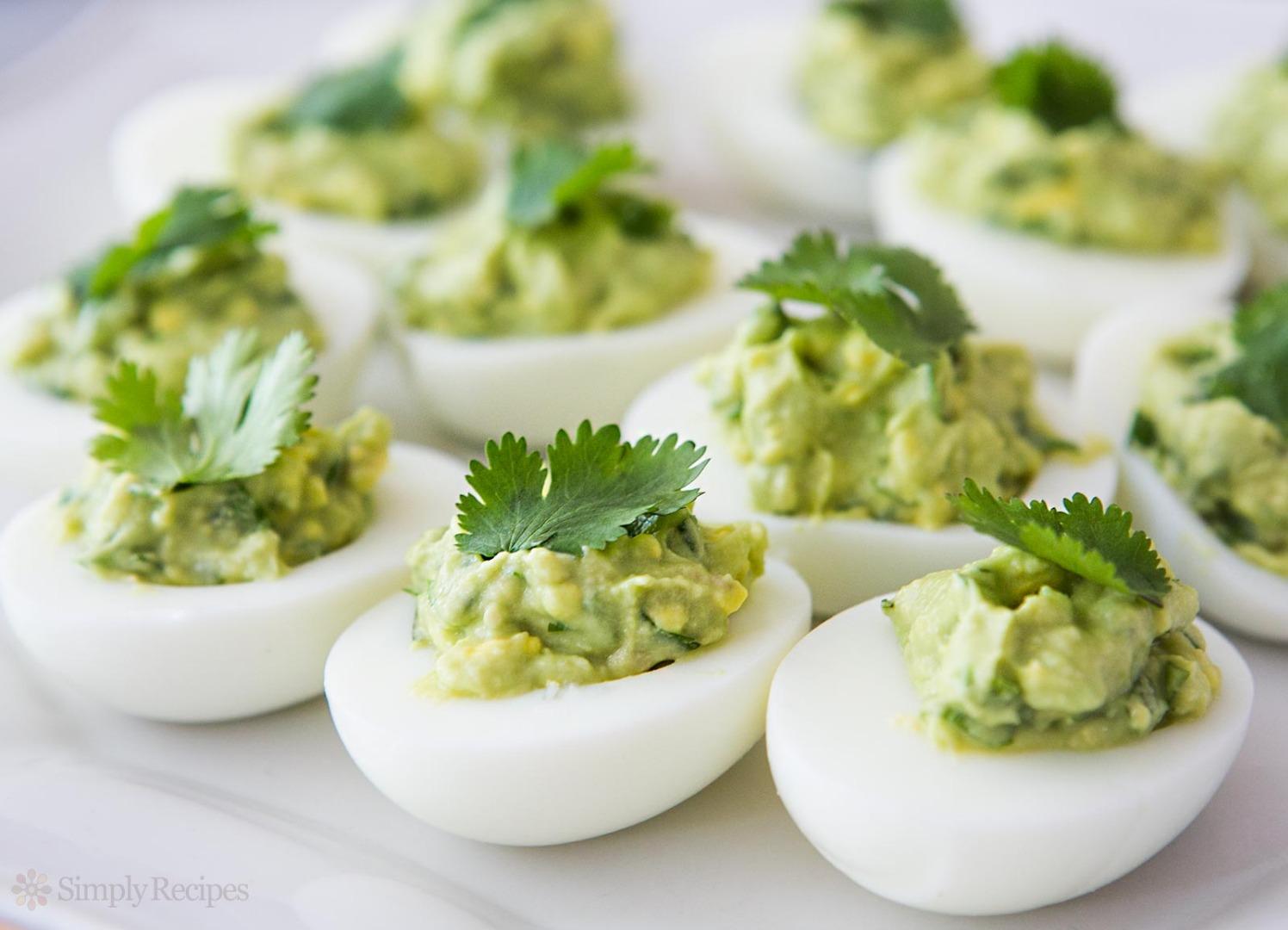 Ouă umplute cu pastă de avocado