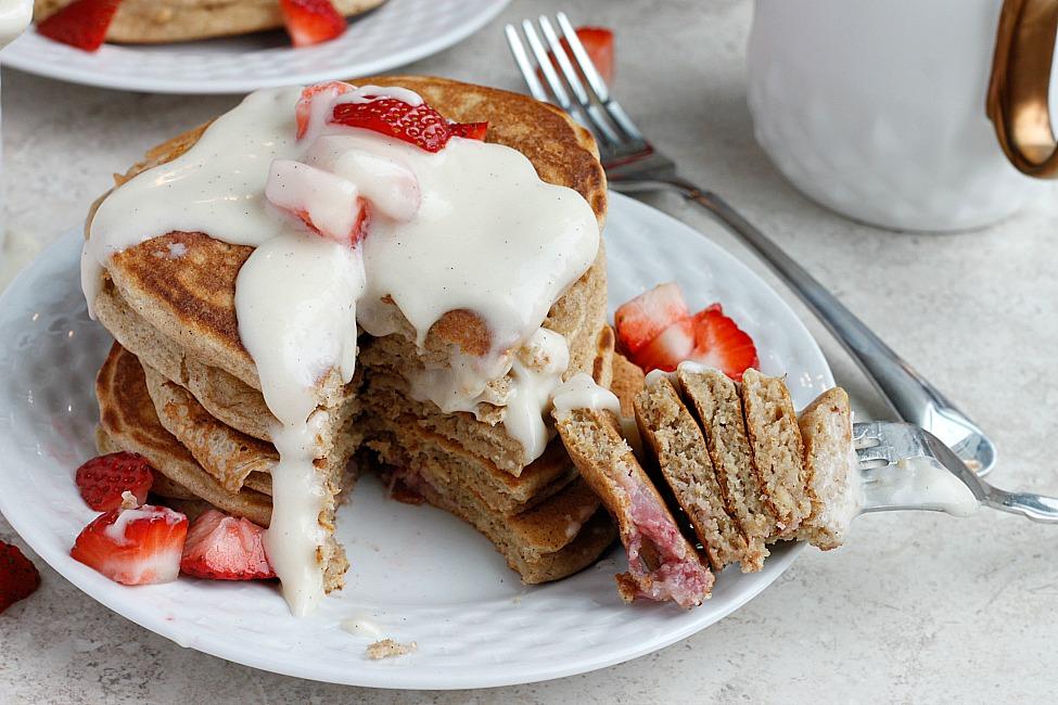 Pancakes cu sos de mascarpone și vanilie