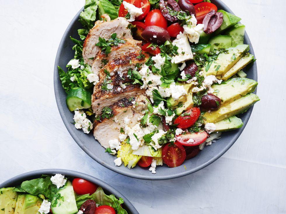 Salată mediteraneană cu piept de pui