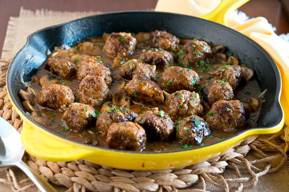 Chifteluțe de curcan cu sos de ciuperci