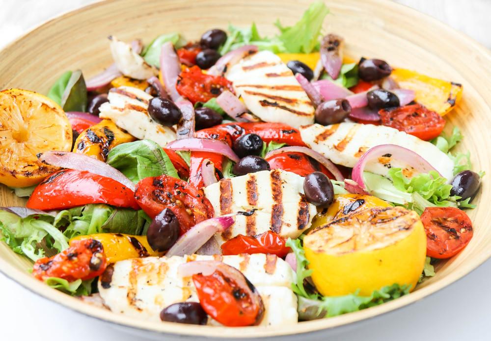 Salata greceasca cu menta si halloumi