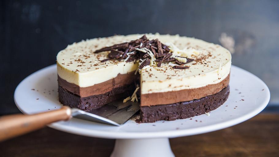 Tort cu mousse de ciocolată în trei culori