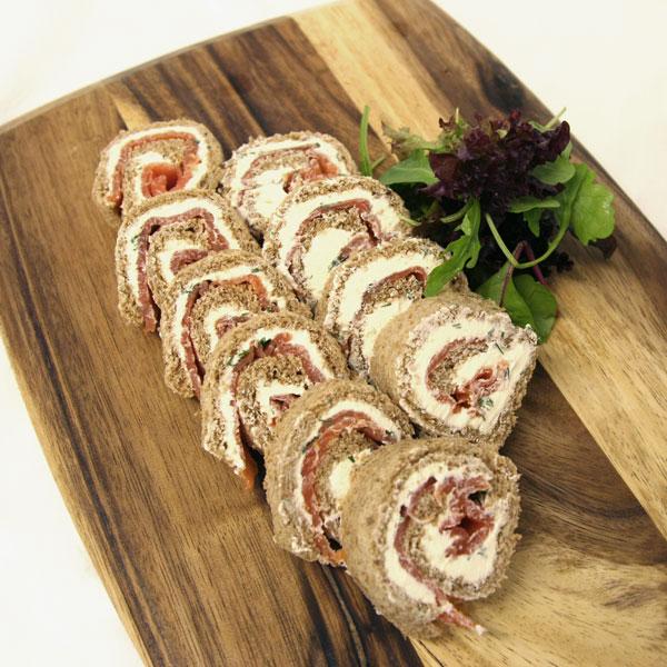 Ruladă din pâine cu cremă de brânză și somon