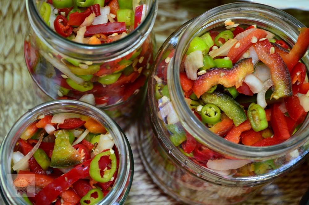 Salată picantă de ardei pentru iarnă