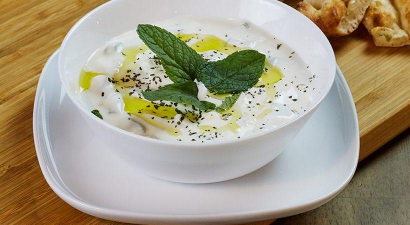 Cacik - salată turcească cu iaurt și castraveți