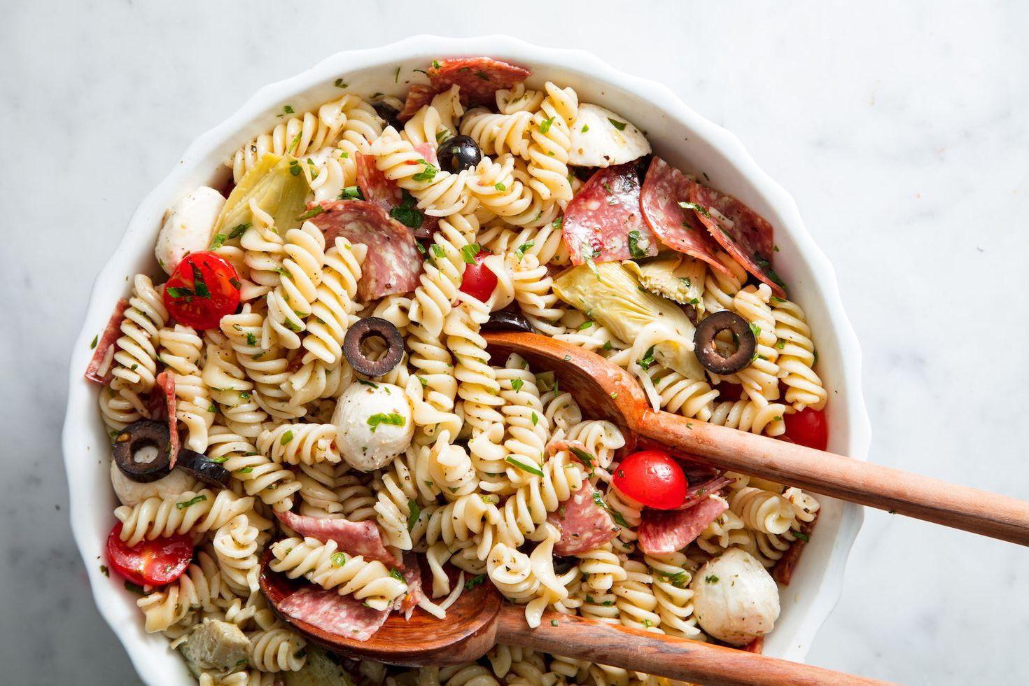 Salată italiană de paste, cu mozzarella și salam