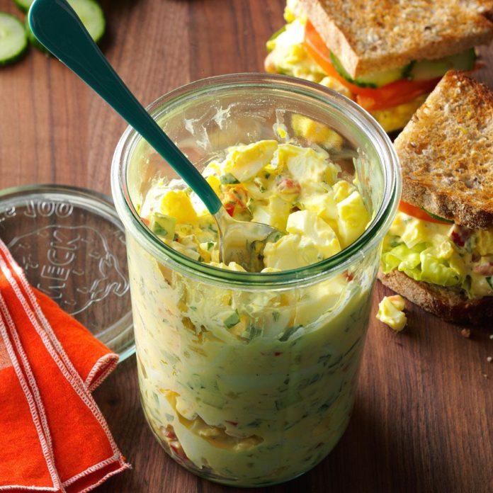 Salată cu ouă și maioneză