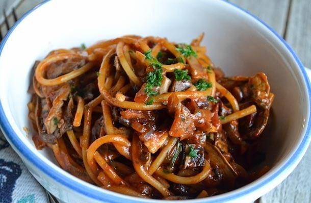 Spaghetti cu bacon, ciuperci și sos de vin roșu
