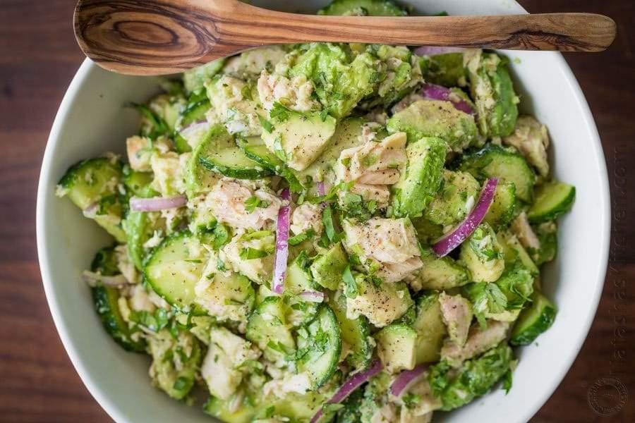 Salată cu ton și avocado