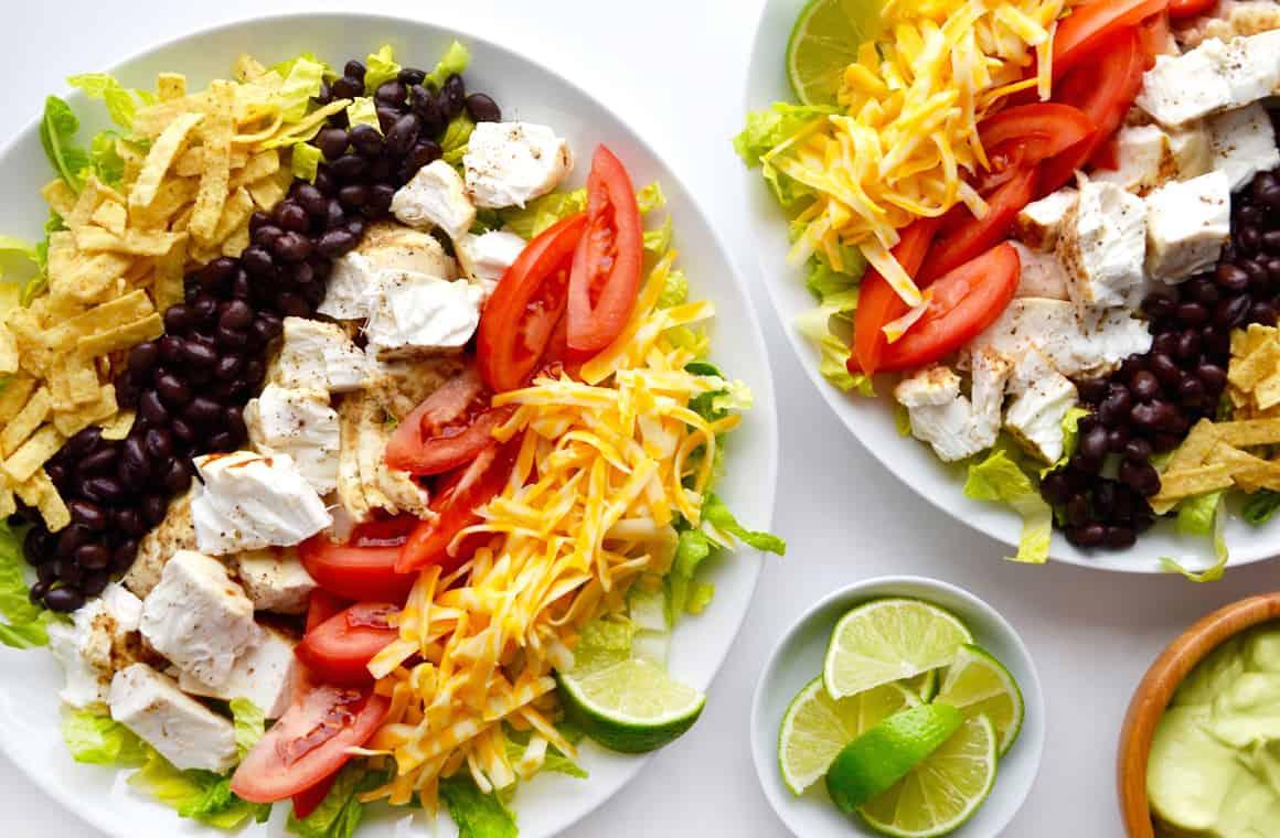 Salată taco cu pește și dressing de avocado