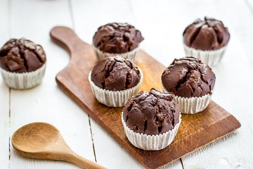 Brioșe cu ciocolată simple și pufoase