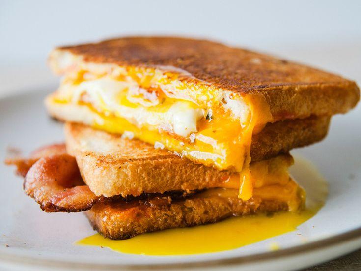 Sandvici cald cu ou și bacon