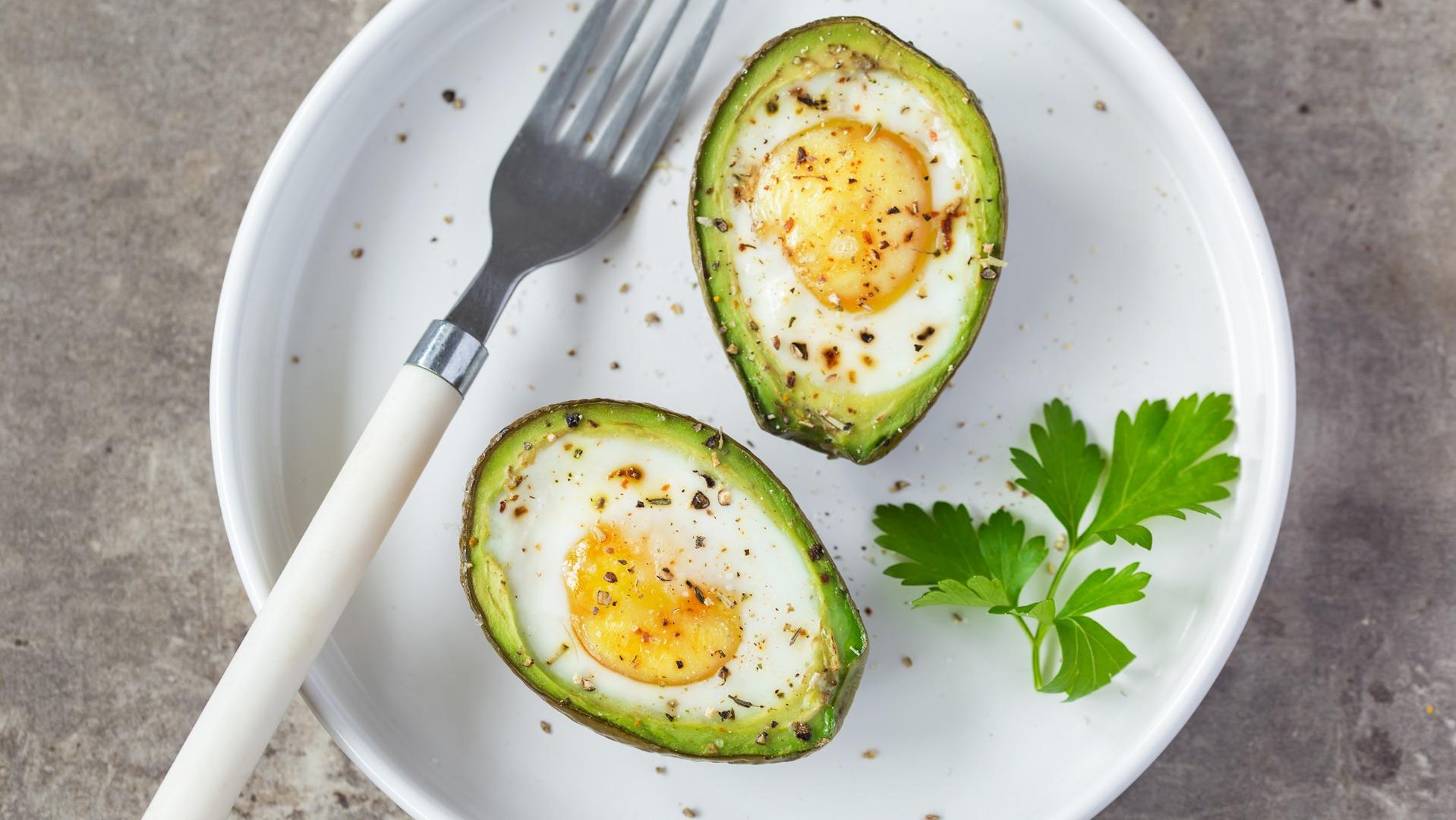 Ouă coapte în avocado - un mic dejun PERFECT