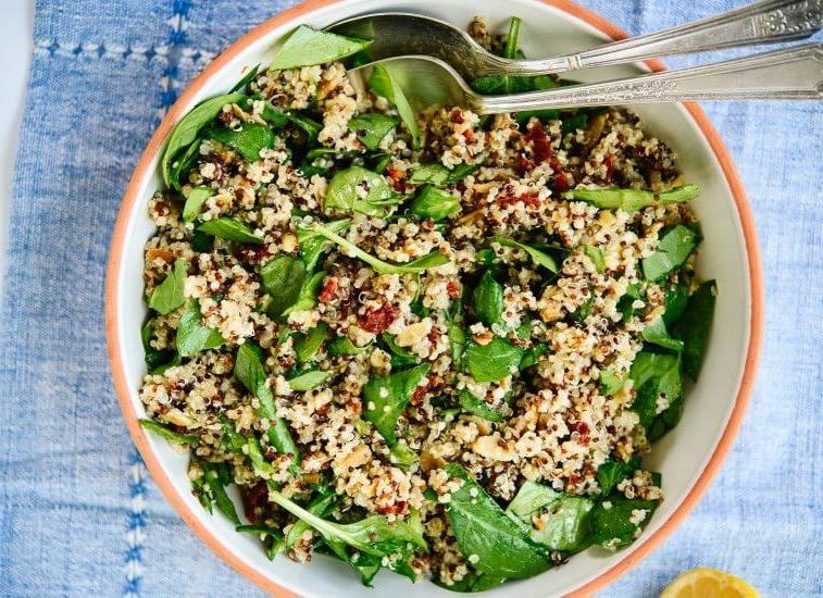 Salată de quinoa cu spanac și roșii uscate