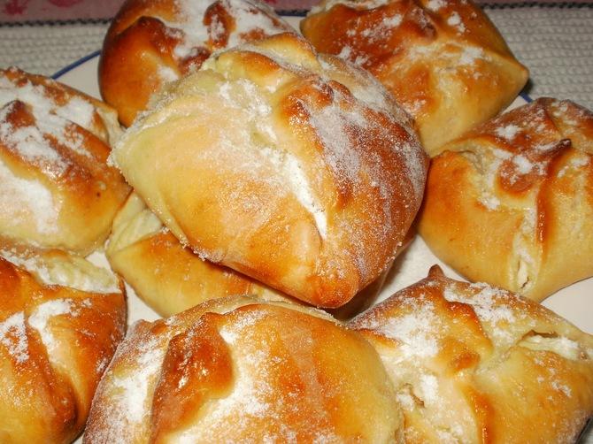 Brânzoaice - plăcinte cu brânză dulce și stafide