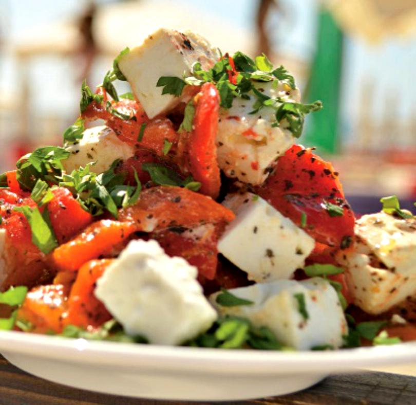 Salată cu ardei copt și brânză de capră