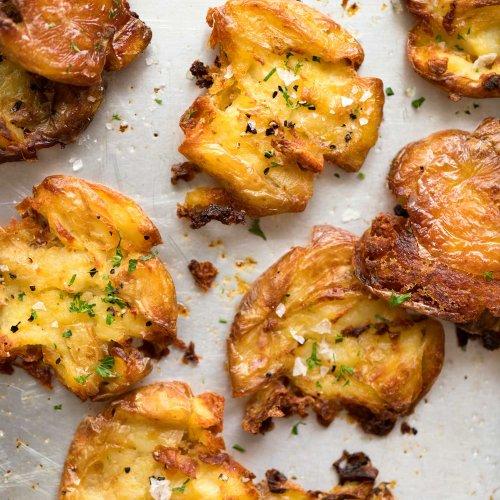 Cartofi zdrobiți cu unt și usturoi