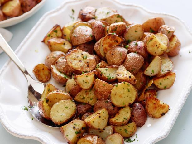 Cartofi noi cu usturoi și pătrunjel, la cuptor