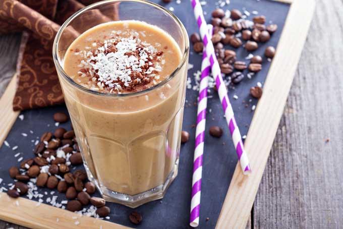 Smoothie proteic cu cafea și banană