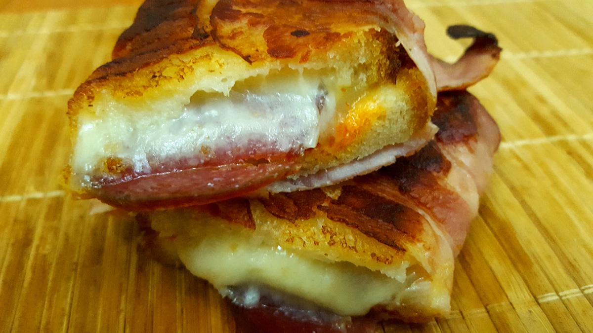Sandvis Cu Branza Si Salam, Invelit In Bacon