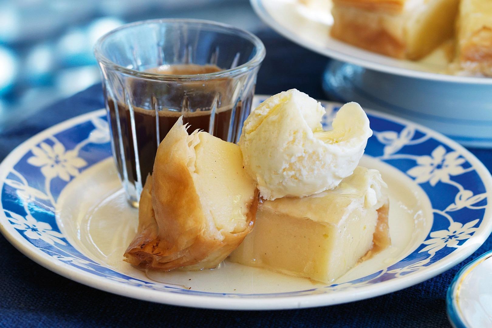 Bougatsa - plăcintă grecească cu lapte și lămâie