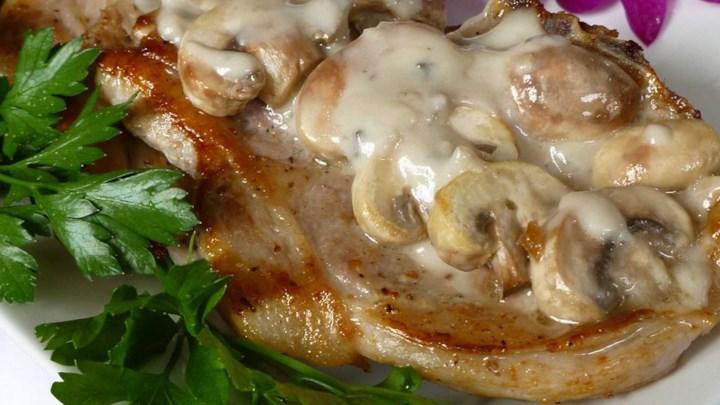 Cotlete de porc cu sos de ciuperci