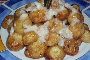 Cartofi noi cu sos de usturoi