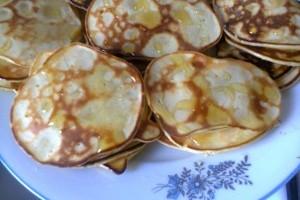 Mini clatite pufoase cu mere si lamaie