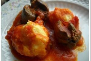Perisoare din cartofi cu ficatei si sos de rosii