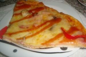 Pizza delicioasa cu sunca si cascaval
