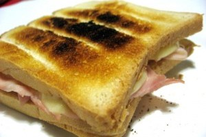 Sandvis cu bacon si usturoi