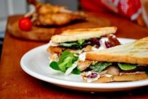 Sandwich cu pui rece si salata