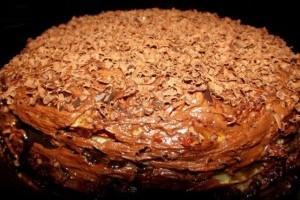 Tort de clatite cu ciocolata si dulceata de gutui