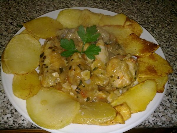 Cuib de cartofi cu aripioare in sos de usturoi