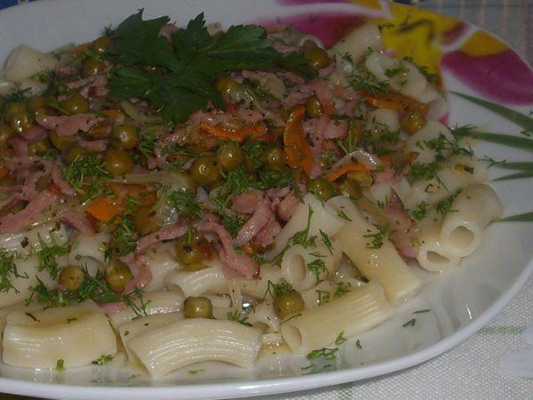 Macaroane cu mazare conservata si carne de porc afumata