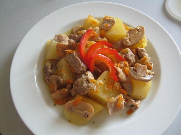 Mancare de cartofi cu carne la Multicooker