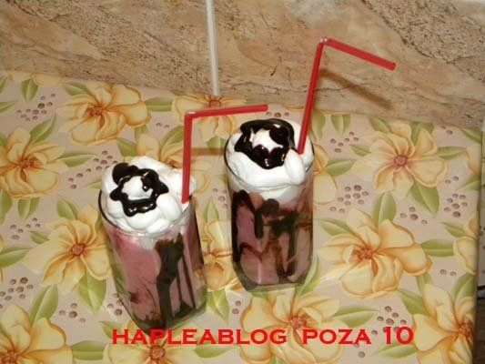 Milkshake cu capsuni si inghetata de fructe de padure