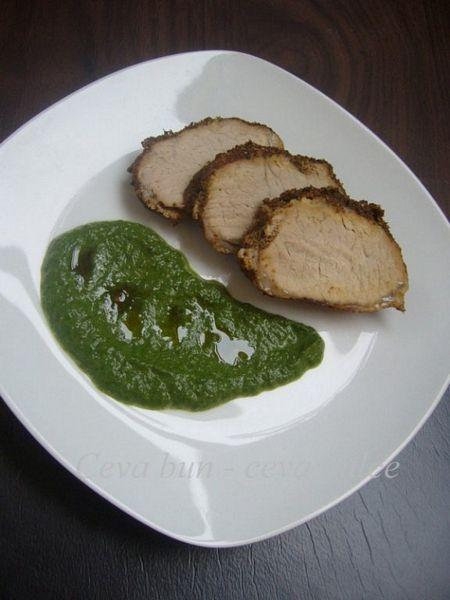 Muschiulet de porc in crusta de condimente cu piure de spanac