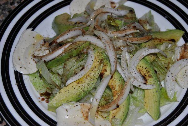 Salat~a de mozzarella si avocado