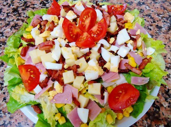 Salata cu bacon crocant si cascaval