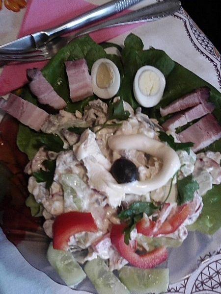 Salata  cu ficat de porc cu oua de prepelita