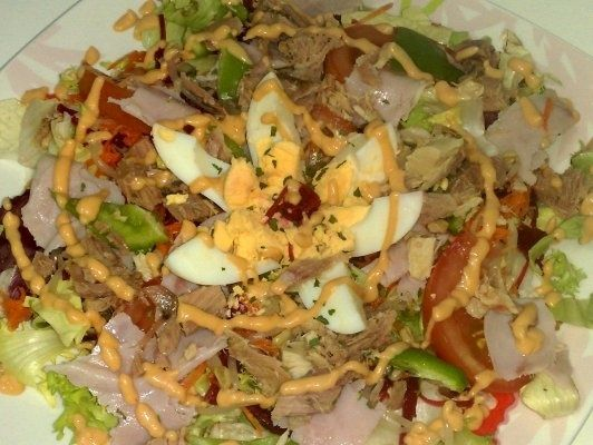 Salata de cruditati cu atun si sos de maioneza cu pasta de rosii