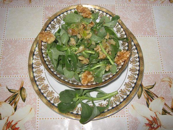 Salata de laptuci cu ceapa verde si nuci