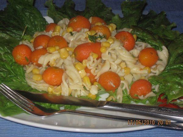 Salata de paste fusilli, porumb si carote pariziene