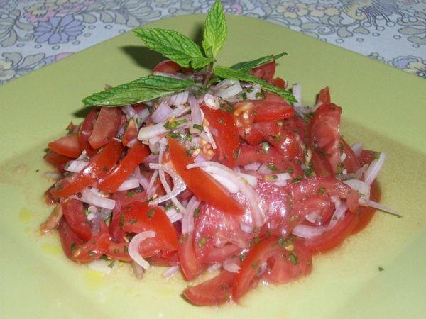 Salata de rosii cu ceapa rosie si menta(specific arab)