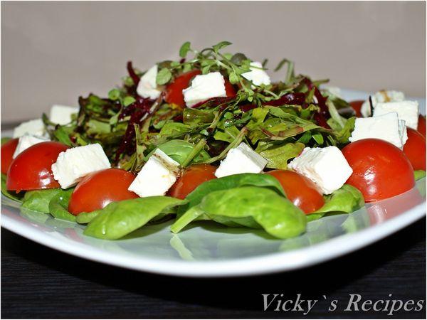 Salata de spanac, rucola, rosii cherry, sfecla si branza
